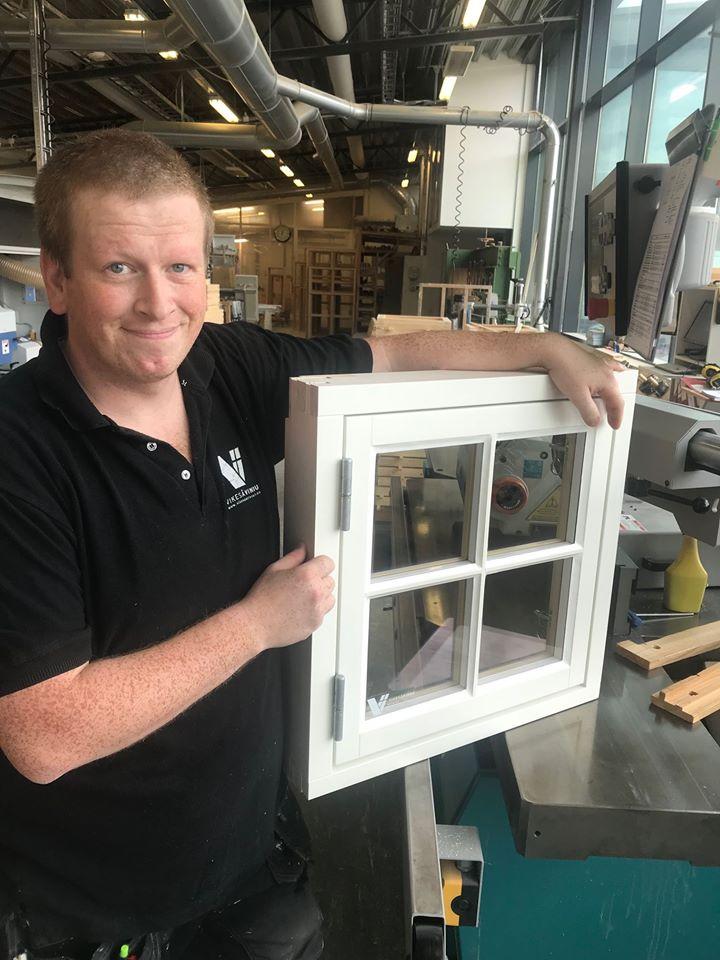 Vikesaa Vindu - Ansatte ved produksjonsavdelingen viser frem et lite kvadratisk vindu