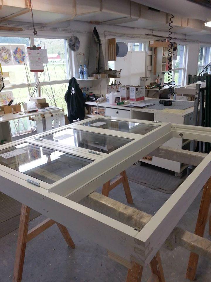 Vikesaa Vindu - Arbeidsplass med 4-rams vindu i produksjonsavdelingen