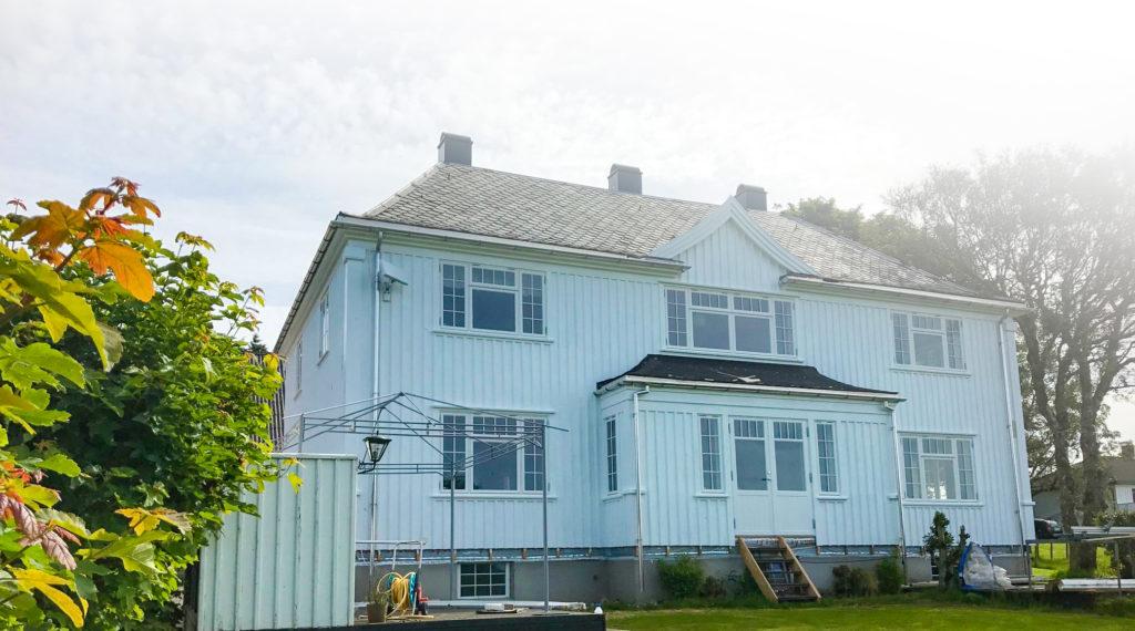 Vikesaa Vindu * Gammelt hus med ferdigmonterte vinduer og doerer i samme stil