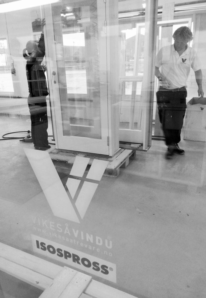 Vikesaa Vindu - Medarbeidere forbereder glassdorer til transport
